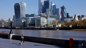 Diners And Doctors Help UK Economy To Extend Recovery